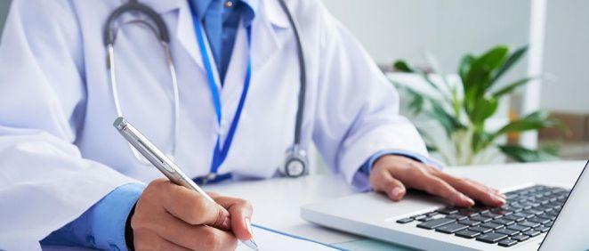 Médico anotando y registrando datos sobre pacientes (Foto. Freepik)
