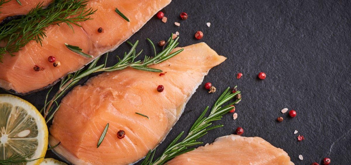 El salmón es un pescado rico en ácidos grasos poliinsaturados. (Foto. Freepik)