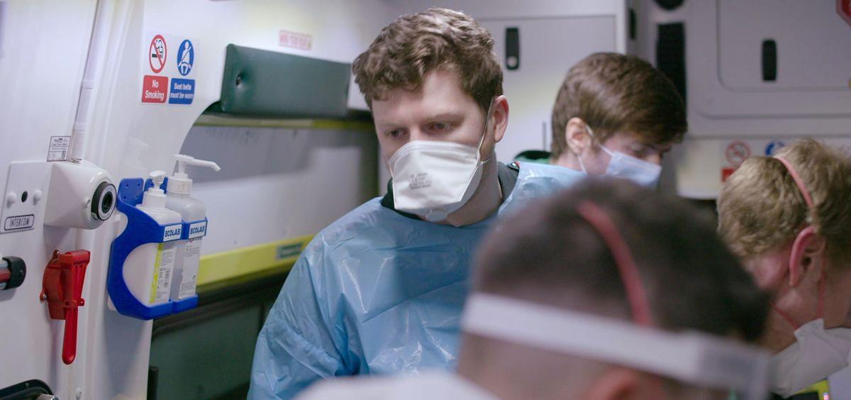 Un profesional sanitario de Reino Unido, protegido durante la pandemia (Foto. NHS)