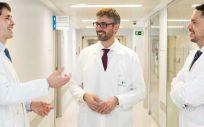 Los doctores Daniele Gemma, Jorge Palazuelos y John F. Sliwinski de la Unidad de Hemodinámica del Hospital La Luz (Foto, QuirónSalud)