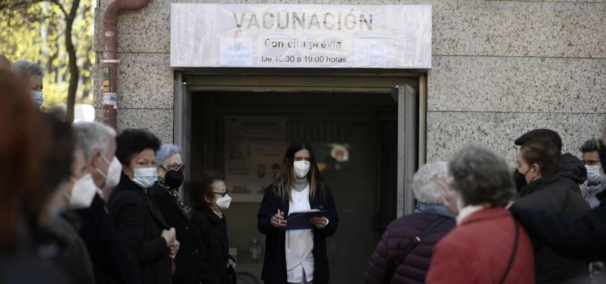 Varias personas esperando a ser vacunadas a las puertas del Centro de Salud de Atención Primera Daroca (Foto: Óscar Cañas/EP)