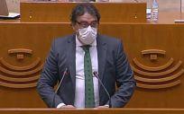 El vicepresidente segundo y consejero de Sanidad y Servicios Sociales de la Junta, José María Vergeles, explica en la Asamblea el Plan de Salud de Extremadura 2021-2028 (Foto: Asamblea de Extremadura)
