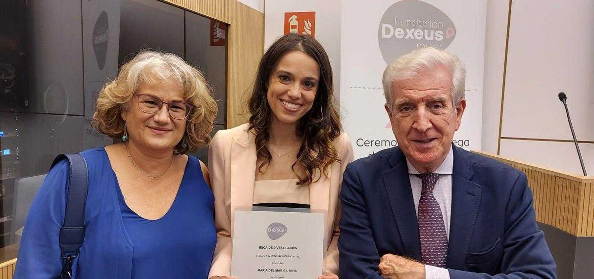 El Hospital de Torrejón recibe una beca Dexeus de investigación. En la foto Dra. Belén Santacruz, Dra María del Mar Gil y Dr. Pedro N. Barr (Foto. Hospital de Torrejón)i