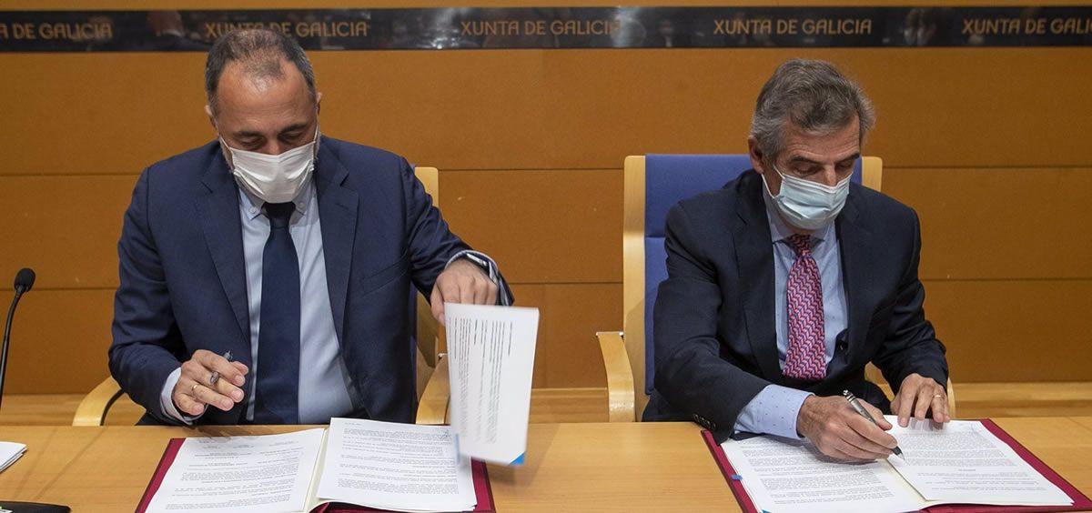 El consejero de Sanidad, Julio García Comesaña, y el director general del Hospital Clínic de Barcelona, Josep María Campistol Plana, firman un convenio de colaboración para la aplicación y desarrollo de la tecnología Cart-T en Galicia (Foto: Xunta)