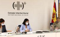 La ministra de Sanidad, Carolina Darias, preside el Consejo Interterritorial junto a Silvia Calzón, secretaria de Estado de Sanidad y Fernando Simón, director del CCAES (Foto. Pool Moncloa, Fernando Calvo)