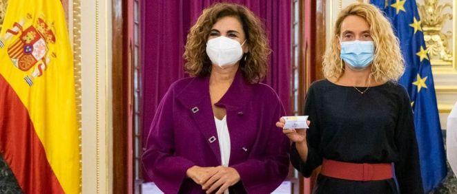 La presidenta del Congreso, Meritxell Batet, recibe el proyecto de PGE de manos de la ministra de Hacienda, María Jesús Montero (Foto: Congreso)