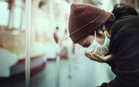 Mujer con mascarilla tosiendo (Foto. Freepik)