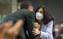 Carolina Darias, ministra de Sanidad, saluda a Pedro Sánchez en el Congreso del PSOE (Foto: Flickr PSOE)