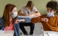 Niños con mascarilla en clase (Foto. Freepik)