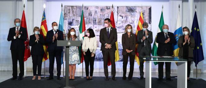 El Palacio de la Moncloa ha acogido este martes la firma del convenio de colaboración entre el Gobierno y siete comunidades autónomas para implantar la protonterapia en el SNS