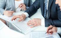 Profesionales gestionando perfiles sociales (Foto: Freepik)