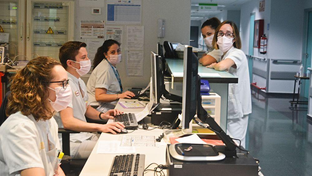 Lazos y mascarillas rosas en el Hospital de Torrejón