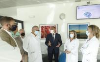 El consejero de Sanidad de Galicia, Julio García Comesaña, en su visita al nuevo hospital de día psiquiátrico infanto-juvenil, que comenzó a funcionar en el CHUS (Foto: Xunta de Galicia)
