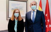 La bióloga Sarah Gilbert y el consejero de salud de Madrid, Enrique Ruiz Escudero. (Foto. Comunidad de Madrid)