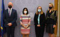 La ministra de Sanidad, Carolina Darias, junto Sarah Gilbert, profesora de vacunología y premio Princesa de Asturias. ambas en el centro (Foto: M. Sanidad)