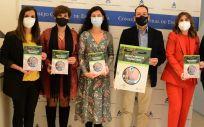 Las profesionales de Enfermería partícipes en la presentación posan junto a la guía (Foto: CGE)