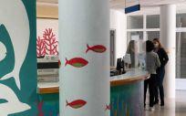 El centro de salud la Casa del Mar ha sido intervenida por la artista Rosalía Batet (Foto. Ribera Salud)