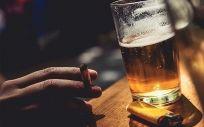 El agente carcinógeno del alcohol se suma a la posible disposición individual o familiar y a otros factores como el tabaco.