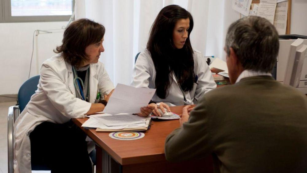 Andalucía pagará a los médicos que cubran las bajas de sus compañeros fuera de su horario