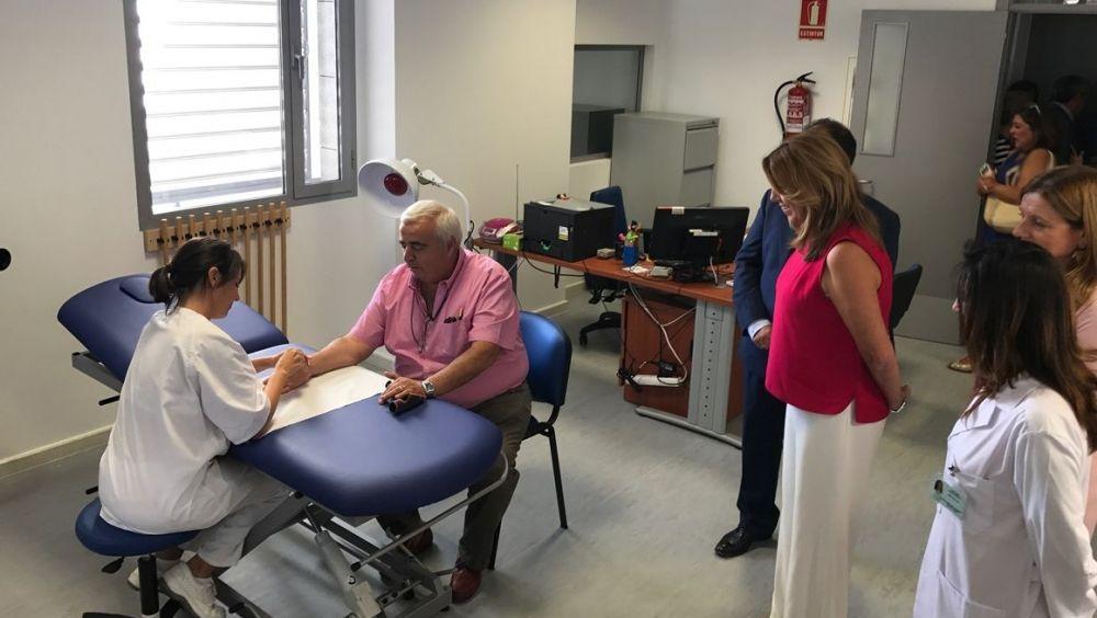 Susana Díaz durante su visita al centro de salud de La Algaba (Sevilla)