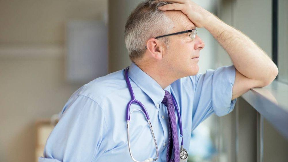 El salario del médico apenas ha aumentado en 1.000 euros anuales en los últimos tres años