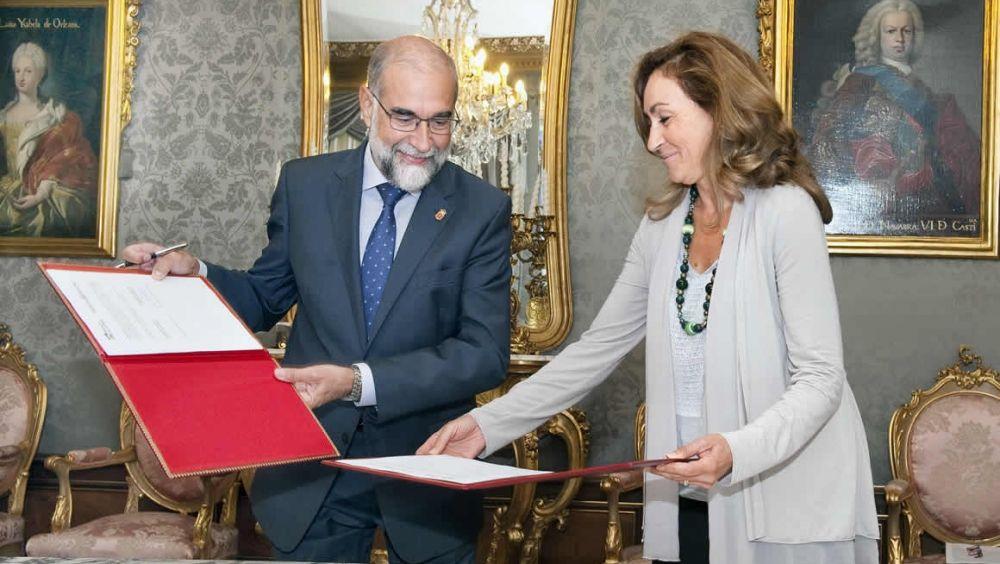 Fernando Domínguez y María Martín, consejeros de Salud de Navarra y La Rioja, durante la firma del convenio.