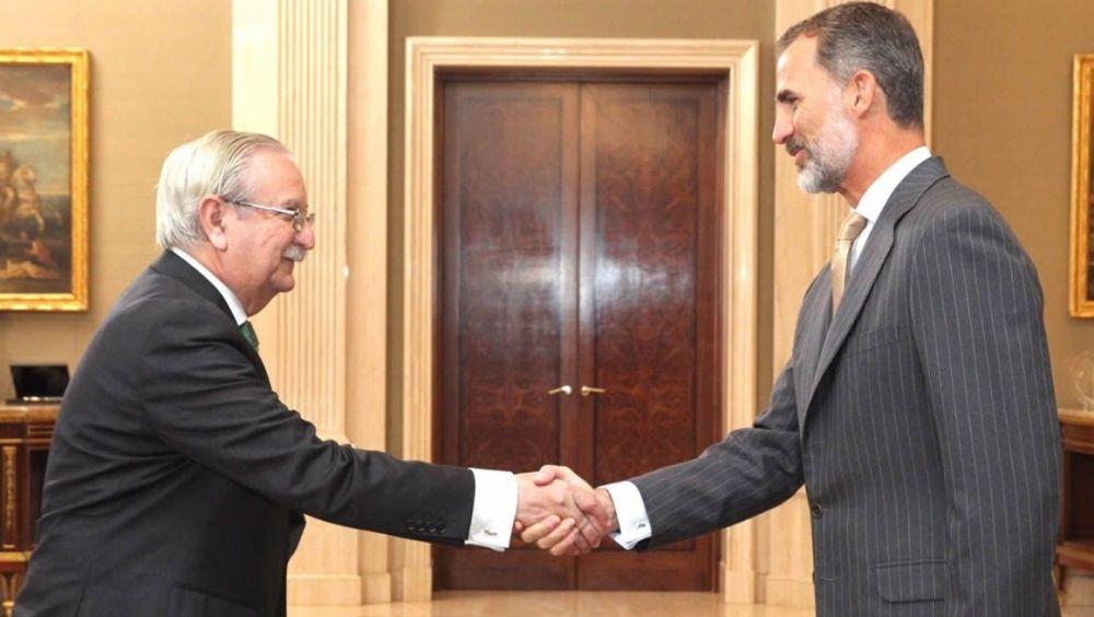 Saludo entre Serafín Romero, presidente de la OMC, y el rey Felipe VI en el Palacio de la Zarzuela.