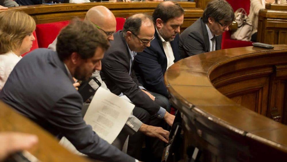 Antoni Comín, consejero de Salud de Cataluña, en primer término junto a otros miembros del Ejecutivo catalán.