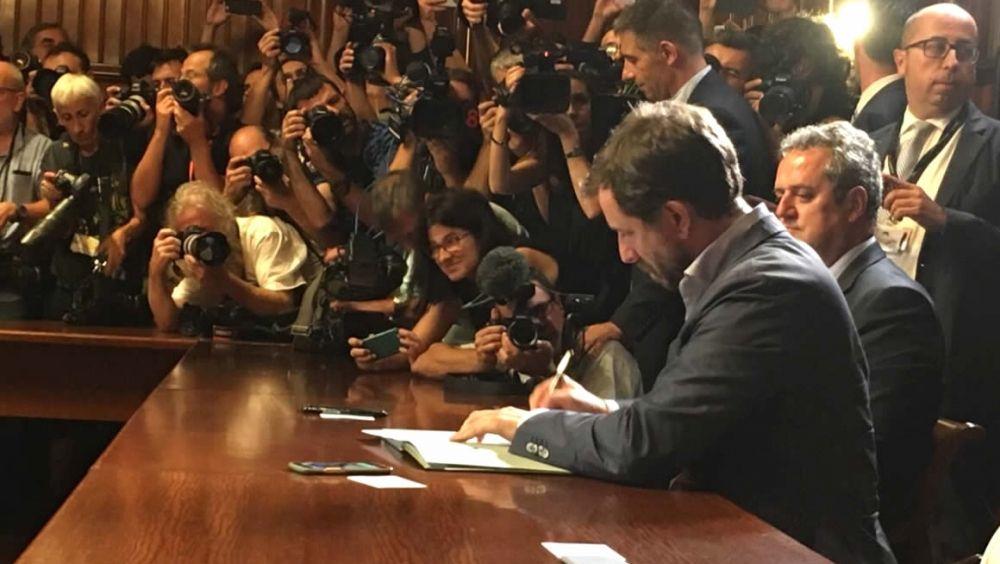 Antoni Comín, consejero de Salud de Cataluña, firmando el decreto de convocatoria del referéndum.