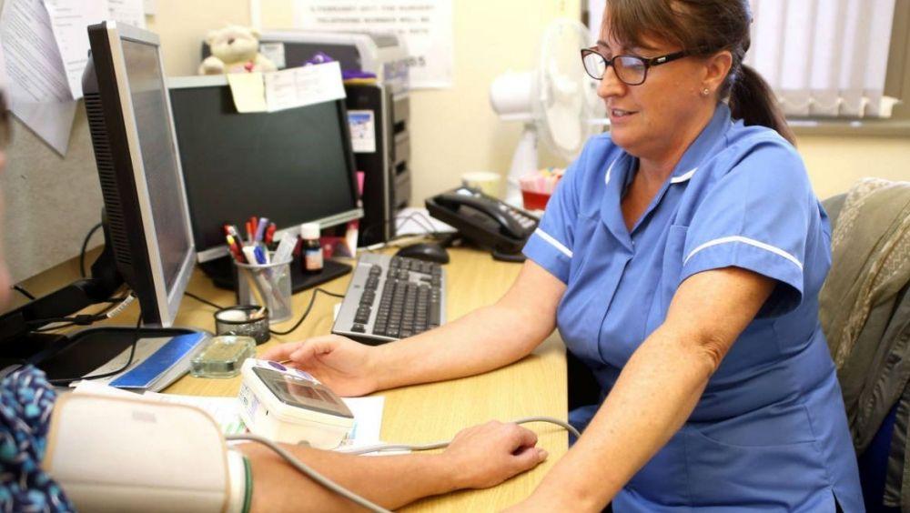 Hasta 52.000 sanitarios trabajan 50 horas o más a la semana