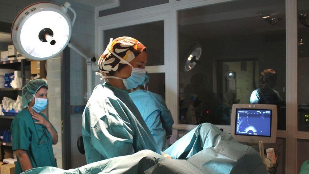 La doctora y autora del estudio Patricia Silva realizando un tratamiento de fertilidad.