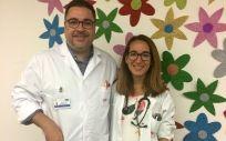Los doctores Rafael Martos y María Yuste, del Hospital de Villalba, donde es atendido el niño