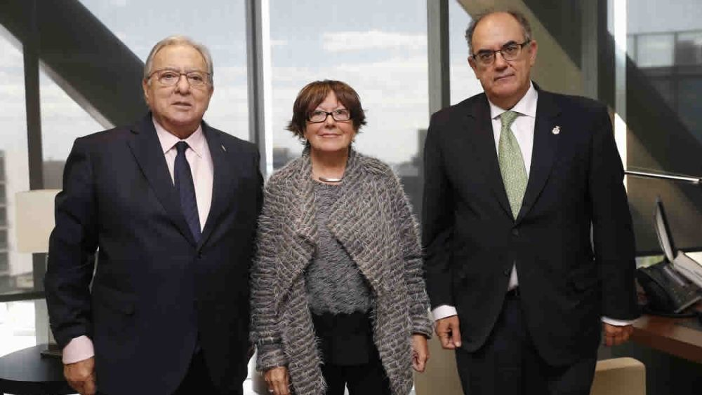 Diego Murillo, presidente de  la Fundación A.M.A., Carme Puigvert, presidenta del Colegio de Enfermería de Girona, y Luis Campos, presidente de A.M.A.
