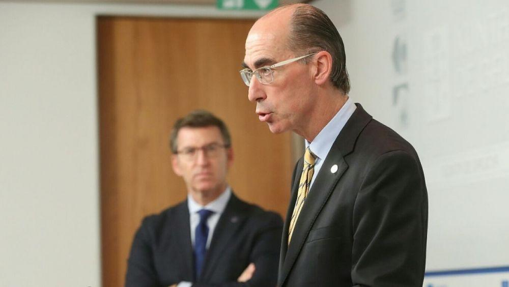 Jesús Vázquez Almuiña, consejero de Sanidad, junto a Alberto Núñez Feijóo, presidente de la Xunta de Galicia.