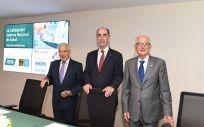 Jesús Vázquez Almuñía, consejero de Sanidad de Galicia, flanqueado por Miguel Carrero, presidente de PSN, y Alfredo Milazzo, presidente de la Fundación Ad Qualitatem.
