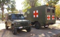 Un vehículo de transporte Santana Aníbal junto a una ambulancia Iveco de la Brisan (Ejército de Tierra)