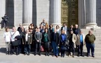 Víctimas del amianto junto a la delegación del Parlamento vasco que ha defendido en el Congreso la proposición de Ley.