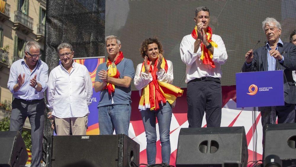 La ministra de Sanidad, Dolors Montserrat, en una concentración en Barcelona que defendía la unidad del Estado.