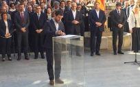 Toni Comín con parte del Govern firmando a favor del referéndum