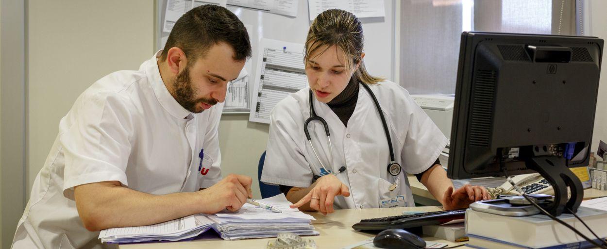 Profesionales sanitarios en consulta (Foto. Freepik)