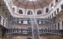 Las condiciones laborales de los médicos de prisiones difieren mucho de las de los facultativos de la sanidad pública autonómica, según los profesionales