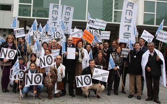 Miembros de Amyts duante una movilización ante la sede del Sermas.