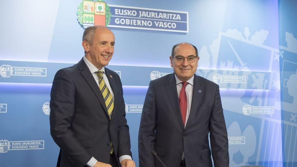 El consejero de Salud vasco, Jon Darpón, a la derecha junto a Josu Erkoreka, portavoz del Gobierno vasco.