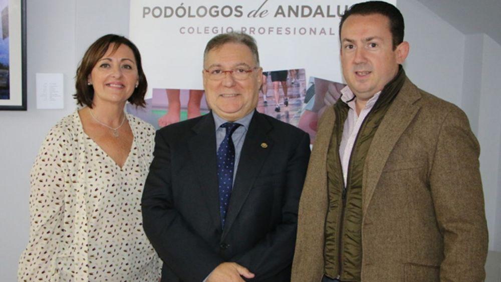 Ana María Álvarez, de la Federación de Asociaciones de Diabéticos de Andalucía (FADA); Jorge Barnés, presidente del Colegio de Podólogos de Andalucía; y Antonio Guerrero, secretario del Colegio