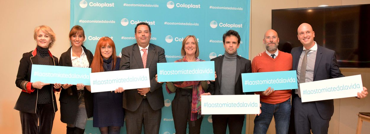 Actores y pacientes durante la presentación de la campaña sobre personas ostomizadas