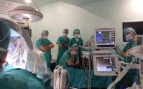 Los profesionales del Complejo Hospitalario Universitario de Cáceres durante la intervención