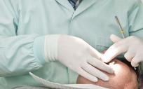 Los condenados, uno protésico dental y los otros dos sin titulación conocida, realizaron un tratamiento de blanqueamiento a una paciente.