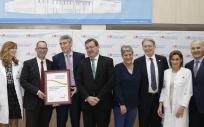 Foto de familia con el premio EFQM, León Toissant. CEO del Organismo Europeo EFQM y  Manuel Molina, viceconsejero de la Consejería de Sanidad de la Comunidad de Madrid.