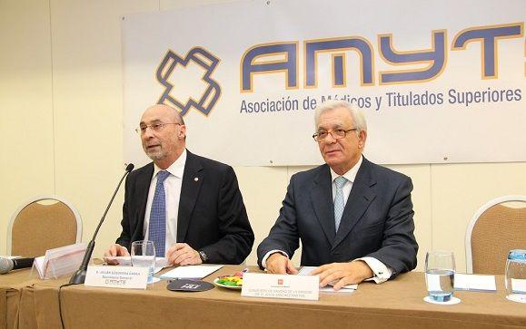 Julián Ezquerra, secretario general de Amyts (derecha) y Jesús Sánchez Martos, consejero se Sanidad (derecha).