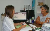 En el Servicio de Seguimiento Farmacoterapéutico desde la farmacia, el farmacéutico acuerda con el paciente una primera visita donde lleva todos los tratamientos que toma.